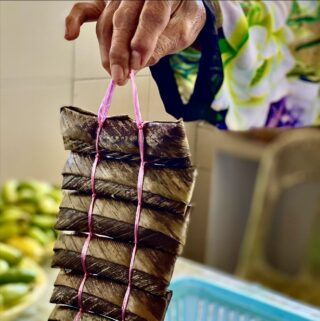 In Brunei, the delicious steamed, glutinous rice snack, Kelupis Jalin, is commonly sold in markets in a pack like this! 👆🏼 Locals use string to tie Kelupis Jalin wraps together and make it all the easier for people to carry around and steam multiple pieces at a time. #discoverbrunei #travelgram #instatravel #travelasia #travelinspiration #travelphotography #travel #wanderlust #destinationearth #seetheworld #brunei